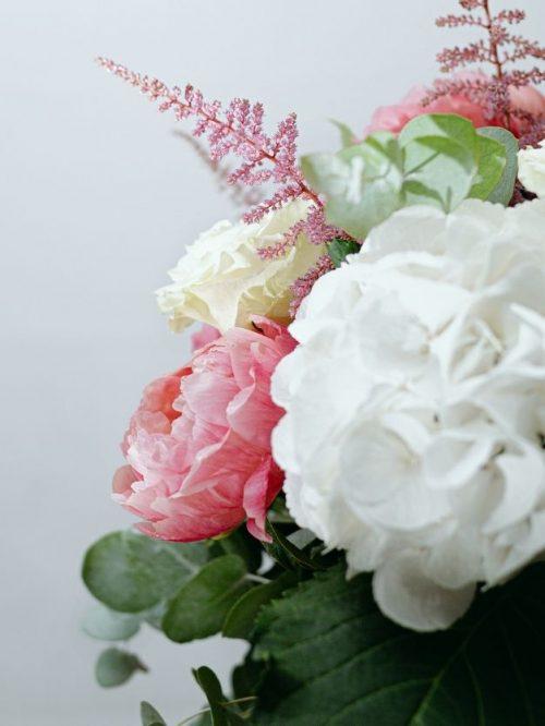 Flores blancas , rosas y verdes detalles