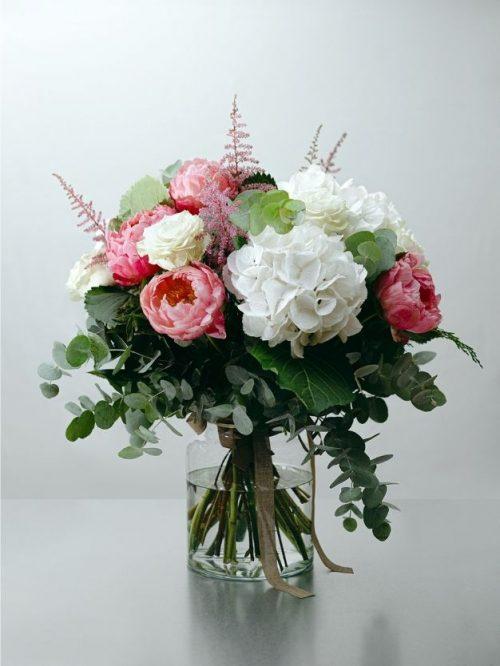 Ramo flores blancas , verdes y rosas como regalo