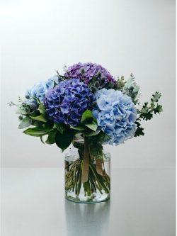 Ramo flores azules , violetas y rosas bonitas